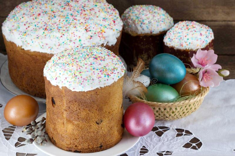 Торт пасхи и пасхальные яйца в корзине стоковые изображения
