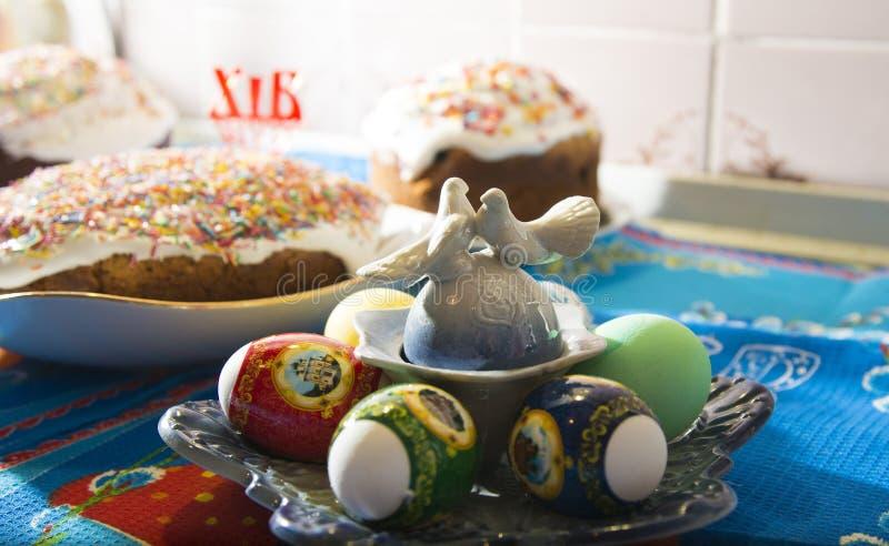 Торт пасхи и пасхальные яйца украшение и атрибуты традиционное пасха счастливая стоковая фотография rf