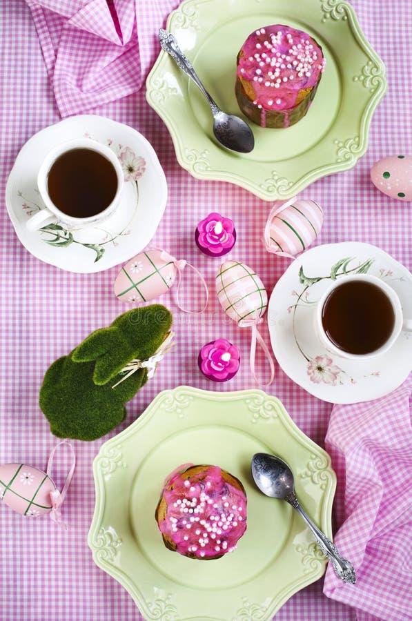 Торт пасхи на праздничной таблице пасхи Сервировка стола пасхи стоковое фото