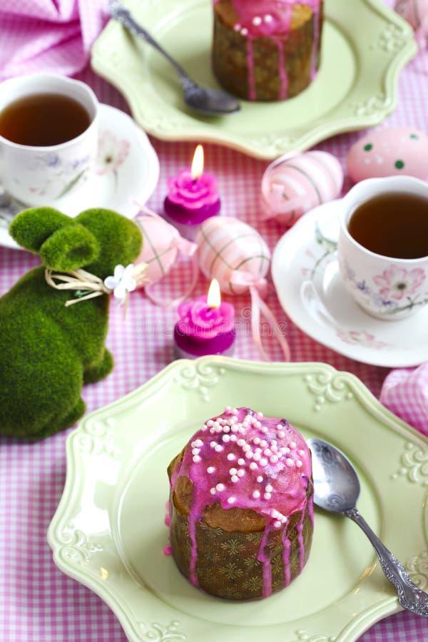 Торт пасхи на праздничной таблице стоковое изображение rf