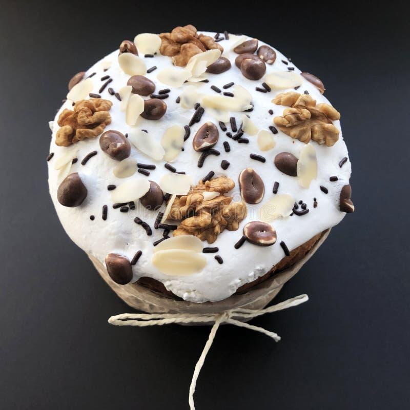 торт пасхи оформления с арахисами и гайками на черной предпосылке стоковые фотографии rf