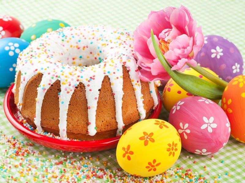 Торт пасхи, тюльпан и цветастые яичка стоковые фото