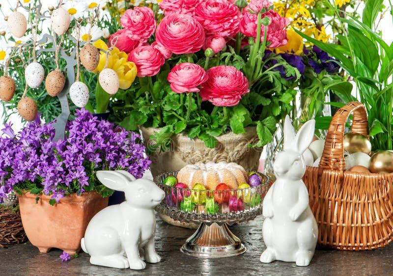 Торт пасхи, цветки весны, яичка и зайчик Украшение праздников стоковая фотография rf