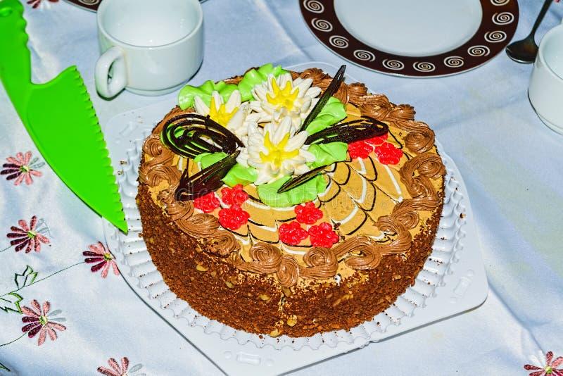 Торт печенья с сливк масла, гайками и поливой шоколада стоковое изображение rf