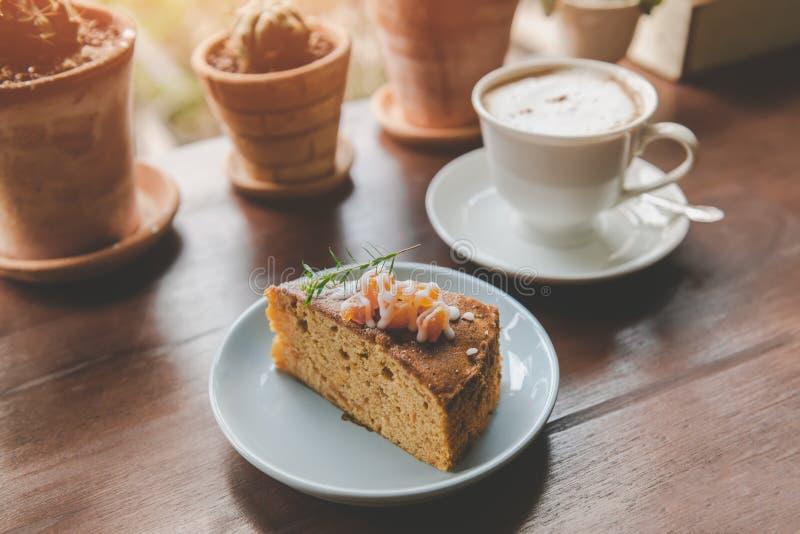 Торт плода в подаче вырезывания перерыва на чашку кофе стоковое фото
