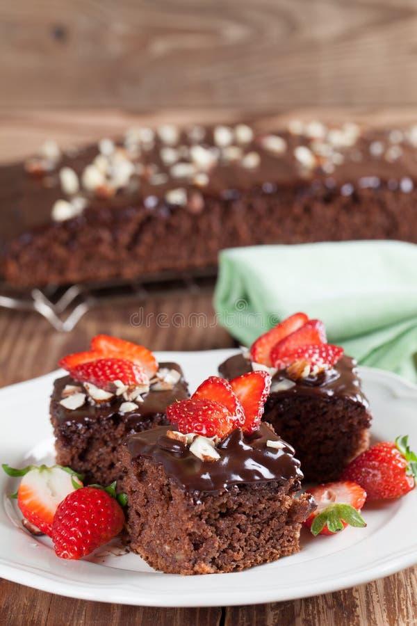 Торт пряника с шоколадом и фундуками стоковые изображения