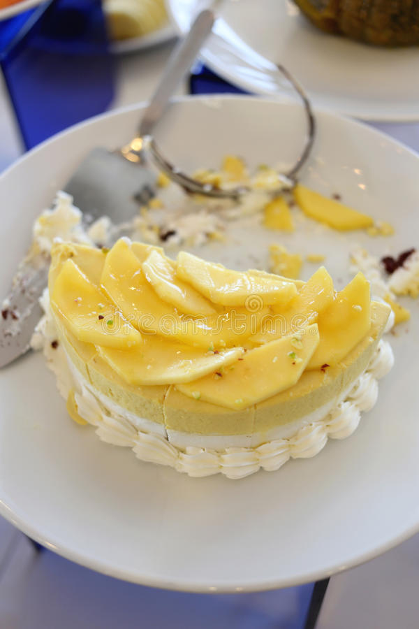 Торт плодоовощ банана в белом блюде стоковые фотографии rf