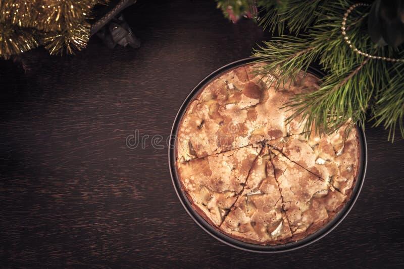 Торт рождества на деревянной таблице с украшением рождества осматривает сверху стоковое фото