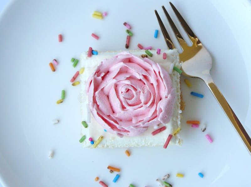 Торт розы пинка ванильный cream стоковое изображение rf