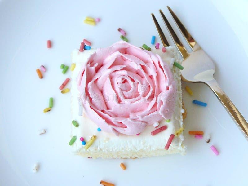 Торт розы пинка ванильный cream стоковые фотографии rf
