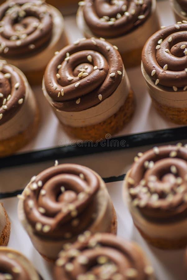 Торт сладостного каштана с семенами шоколада и сезама на верхней части, фотографии продукта для patisserie стоковые изображения