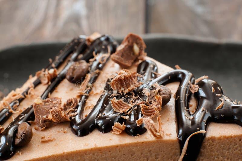 Торт суфла какао с соусом и обломоками шоколада стоковые изображения