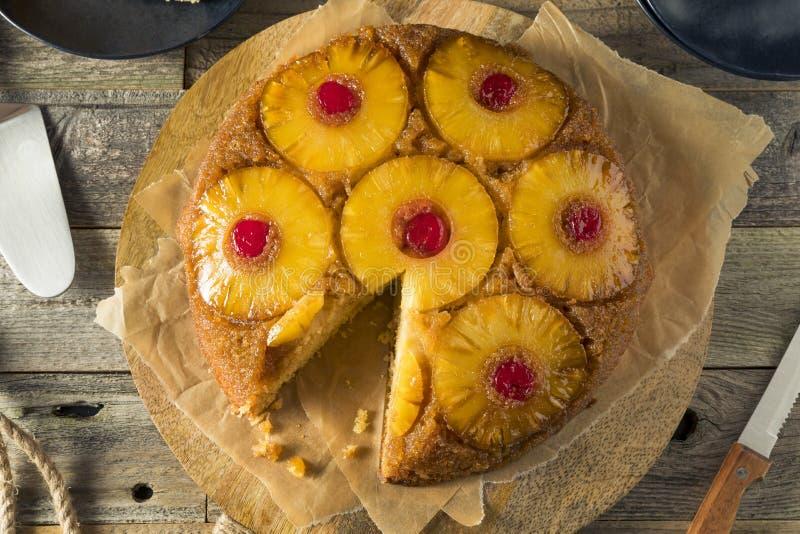 Торт сладостного домодельного ананаса вверх ногами стоковые изображения rf