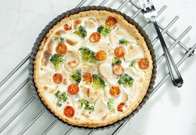 торт с брокколи, томатами вишни и мясом цыпленка стоковые фотографии rf