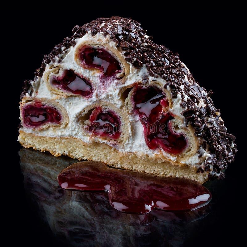 Торт с вишнями в сливк-сметанообразном муссе стоковое изображение rf