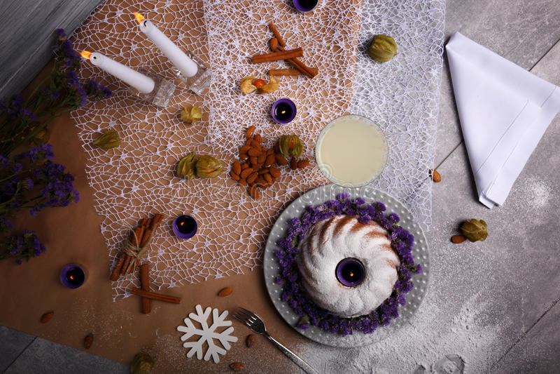 Торт с гайками, плодоовощами и специями на предпосылке таблицы Торт рождества печь праздничный Концепция праздников рождества стоковая фотография