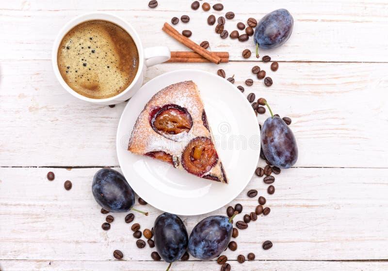 Торт сливы с чашкой кофе стоковая фотография