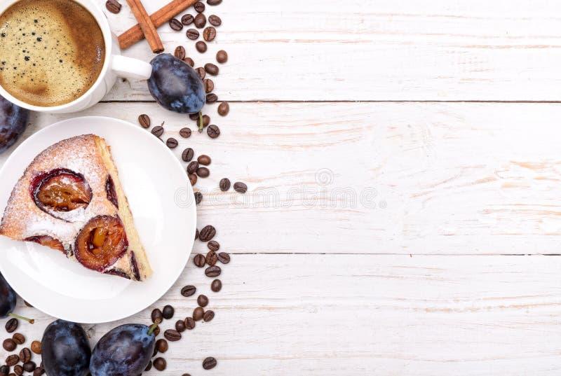 Торт сливы с чашкой кофе стоковые изображения rf