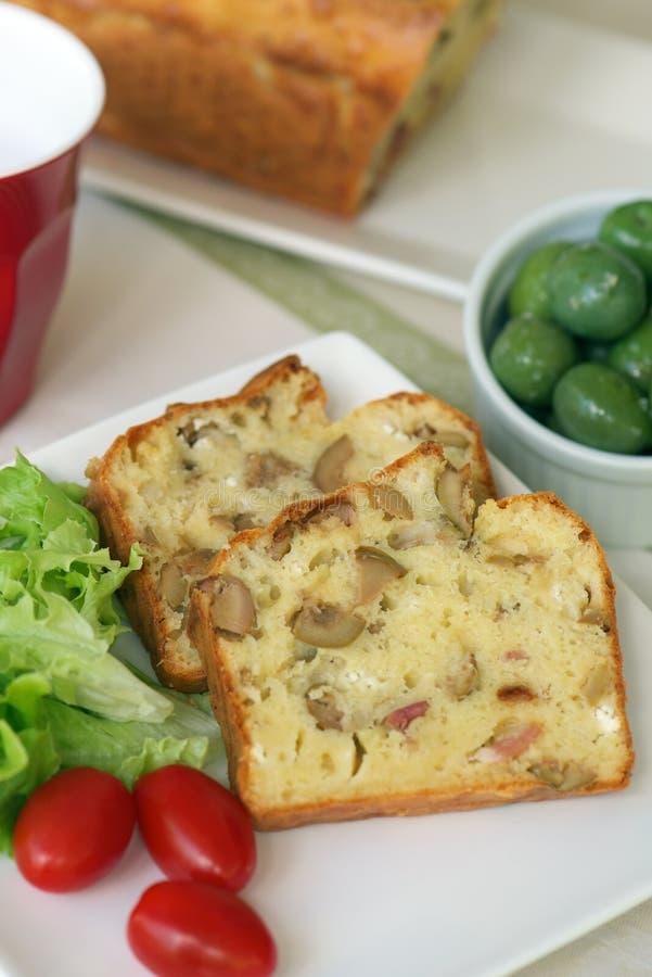 Торт с оливками и беконом стоковые фото