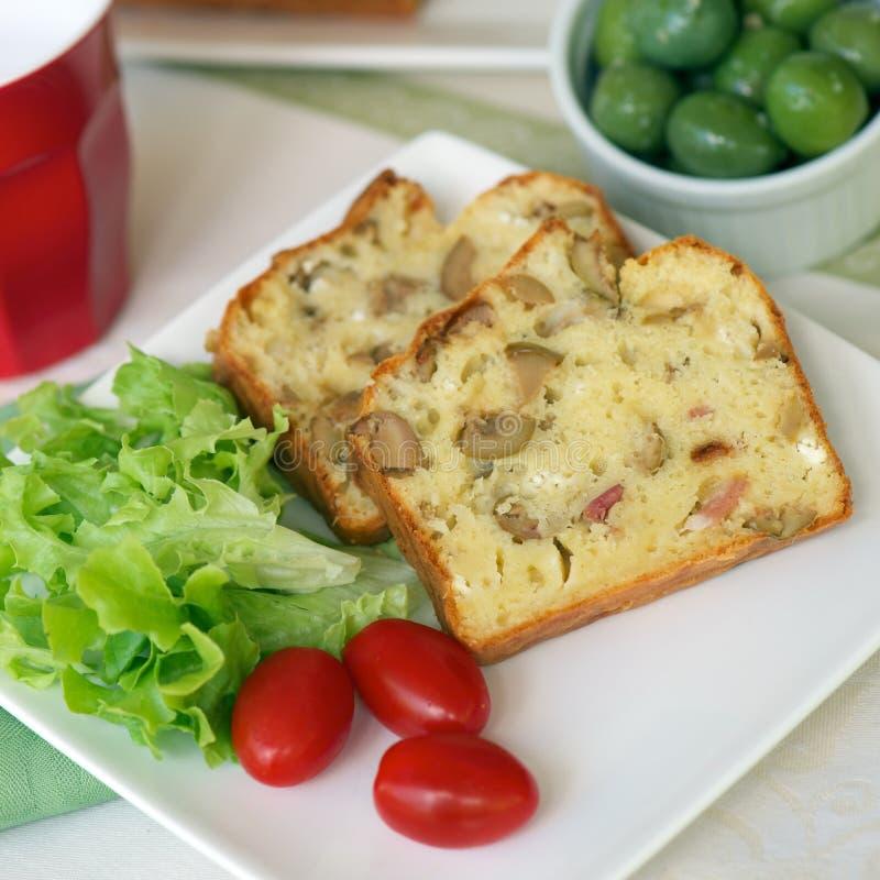 Торт с оливками и беконом стоковое изображение