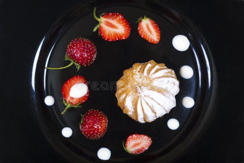 Торт с падениями клубники и сливк стоковая фотография