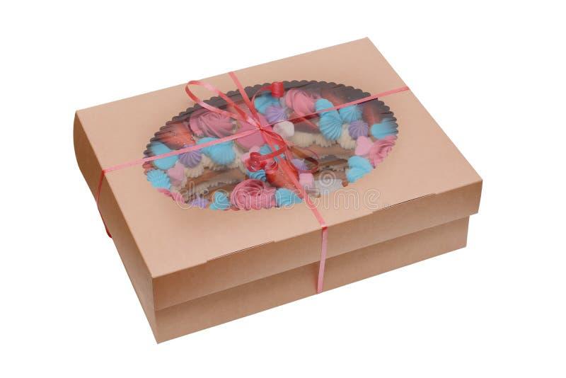 Торт с поливой и плод в красивой картонной коробке подарка изолированной на белой предпосылке стоковая фотография rf