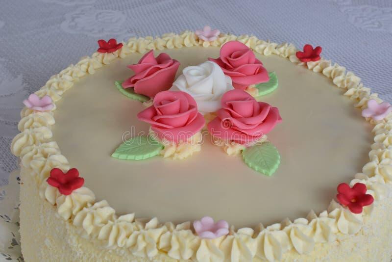 Торт с розами стоковые фотографии rf