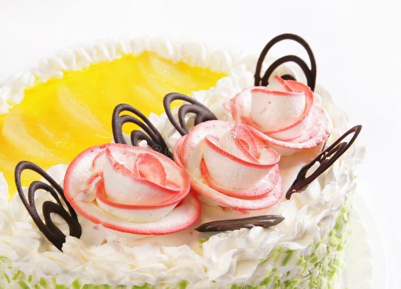 Торт с 3 розами и шоколадами стоковые фото