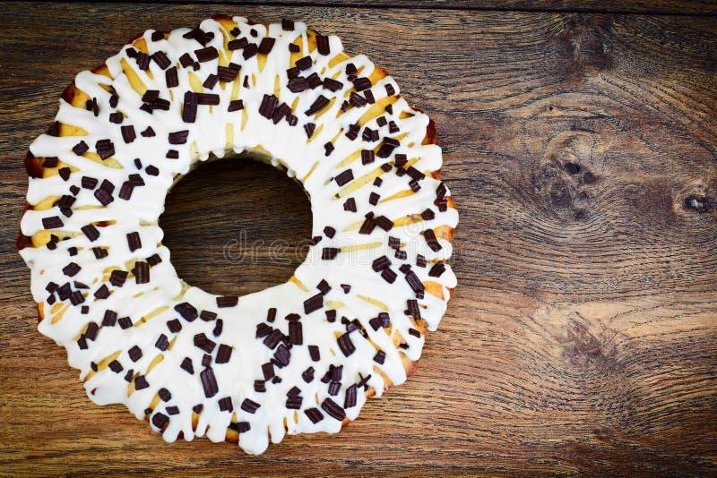 Торт творога с белыми замороженностью и шоколадом стоковое изображение