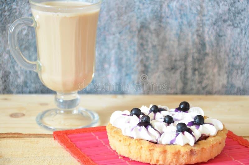 Торт тирамису и ирландский кофе на белой плите Белая предпосылка стоковое фото