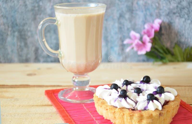Торт тирамису и ирландский кофе на белой плите Белая предпосылка стоковые изображения