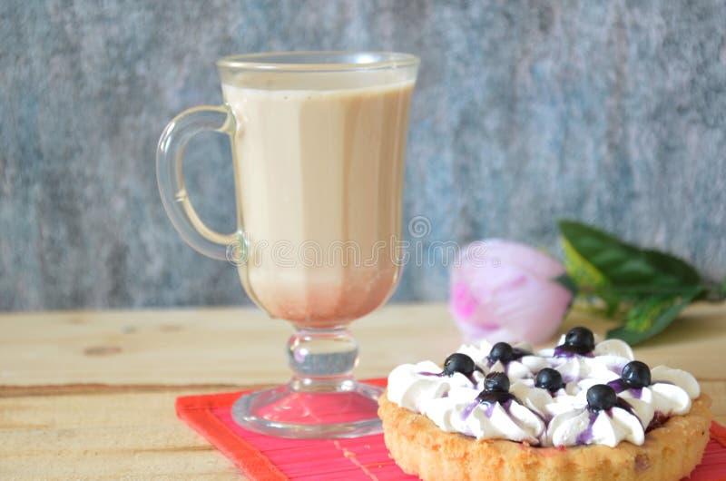 Торт тирамису и ирландский кофе на белой плите Белая предпосылка стоковая фотография rf