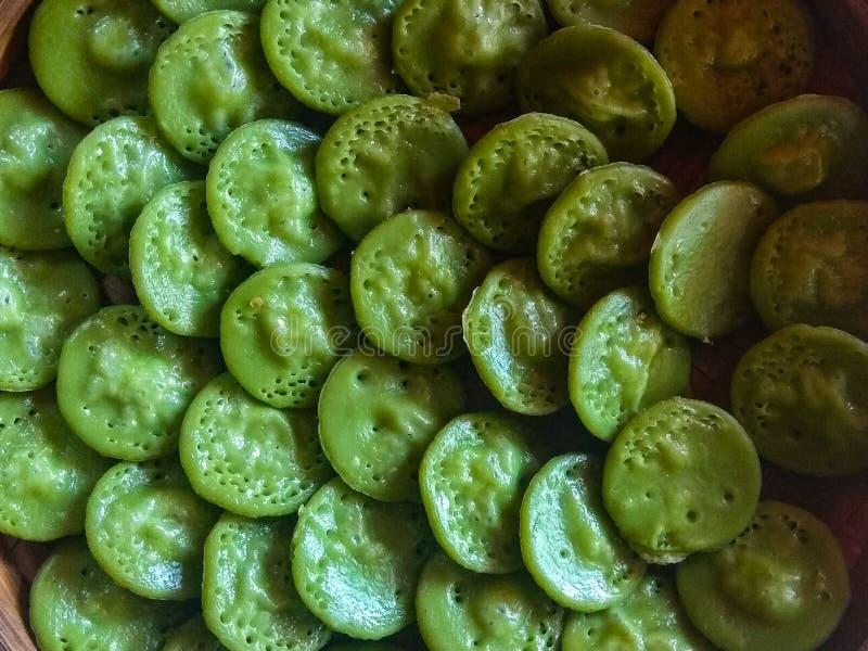 Торт традиционного balinesse Laklak органический Оно сделано из муки риса и зеленых лист screwpine стоковая фотография rf