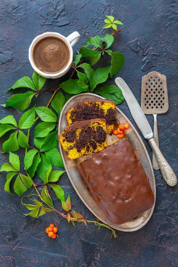 Торт тыквы мраморный и чашка черного кофе стоковые фотографии rf