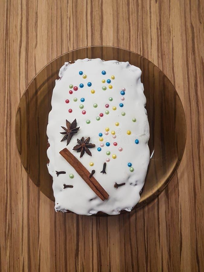 Торт хлеба giner рождества с белой поливой украшенной с ручкой cinamon стоковое изображение