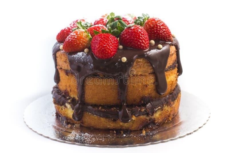 Торт хлебца с сиропом шоколада с клубникой стоковое фото