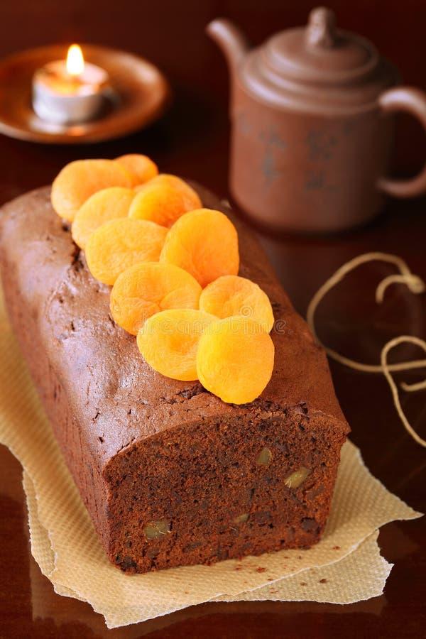Торт хлебца имбиря шоколада с высушенными абрикосами стоковое изображение rf