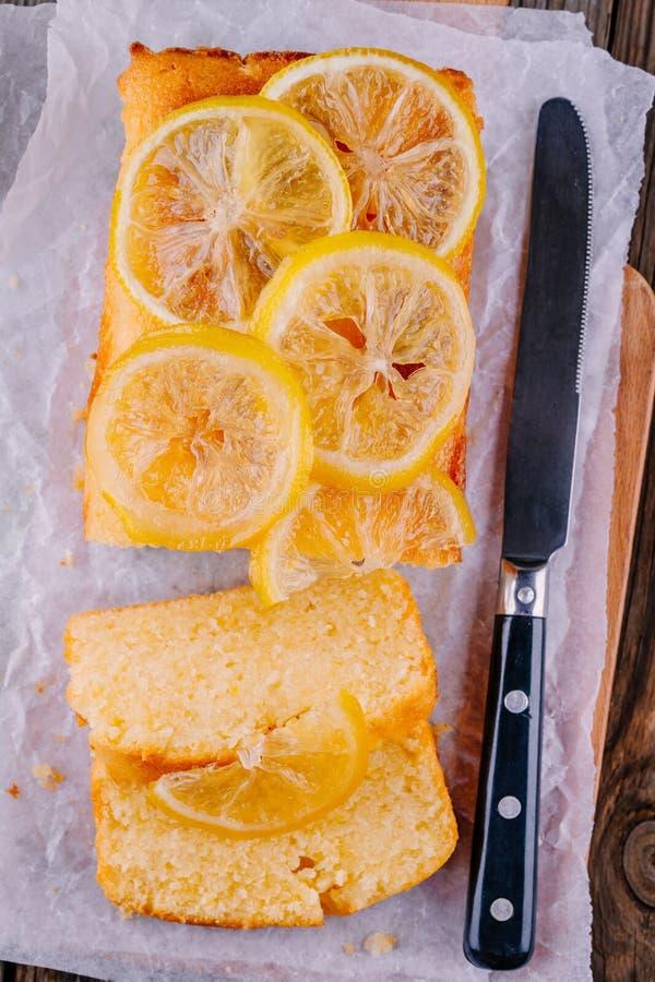 Торт хлебца лимона с candied кусками лимона стоковая фотография