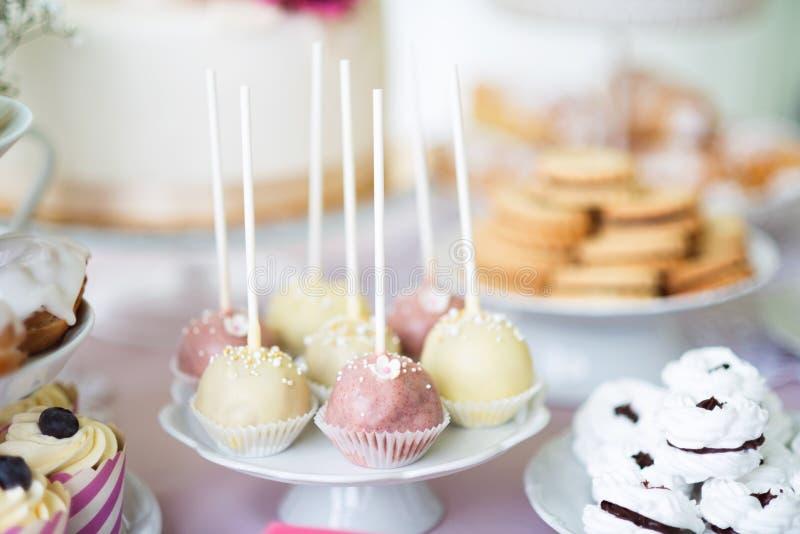 Торт хлопает на cakestand, меренгах и пирожных Шоколадный батончик стоковые изображения