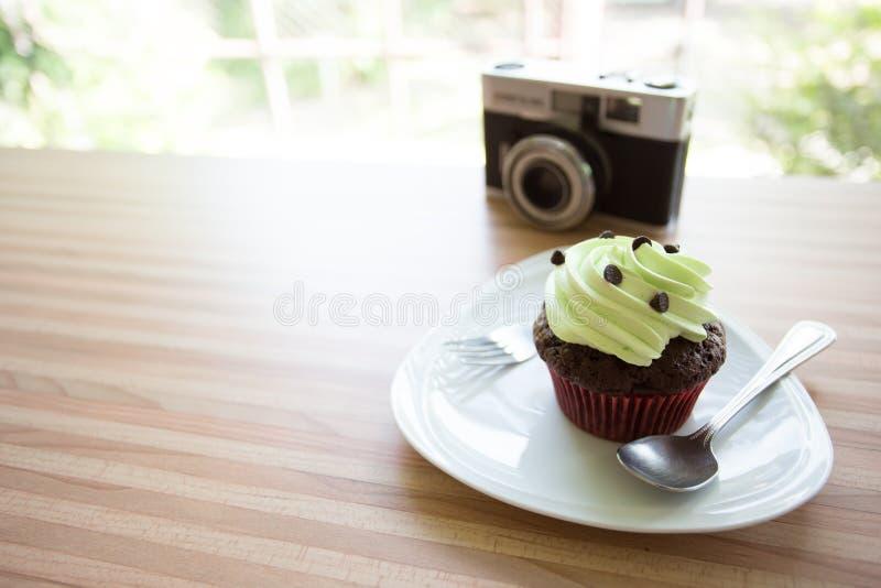 Торт чашки на деревянном столе в кофейне стоковое фото rf