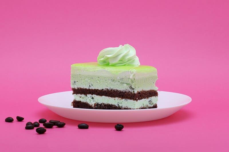 Торт шоколада и кивиа наслоенный на розовой предпосылке стоковое фото rf