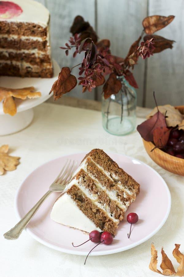 Торт Яблока со сливками, украшенный с небольшими яблоками на фоне состава осени r стоковое изображение rf
