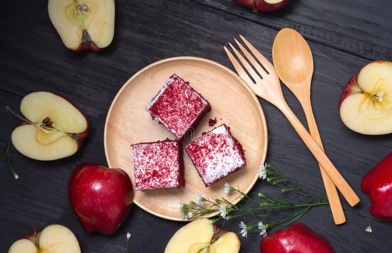 Торт Яблока в деревянном блюде кладет на черную деревянную таблицу стоковые изображения rf
