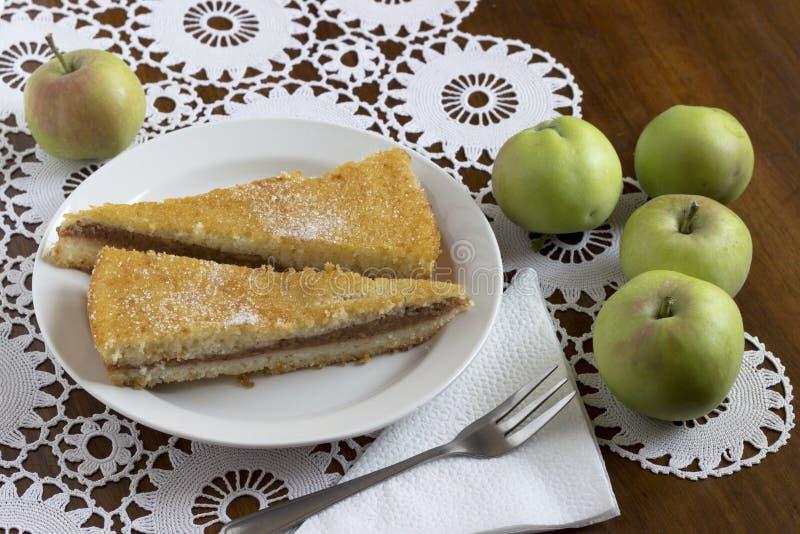 торт яблока покрыл ломтики студня стоковые изображения rf