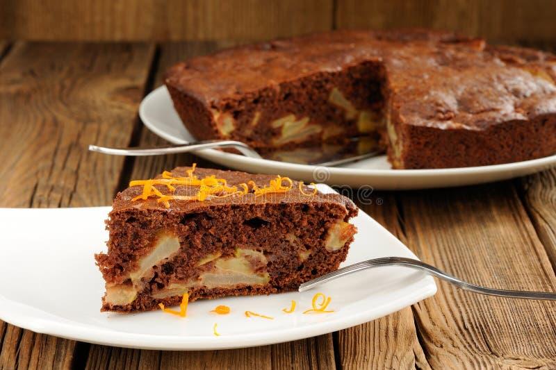 Торт яблока шоколада на деревянной предпосылке стоковые изображения