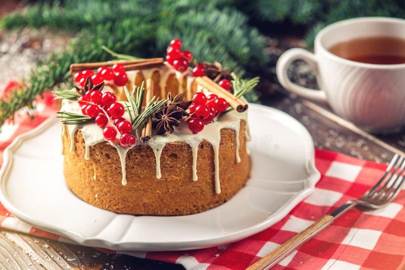 Торт ягоды домодельного праздника рождества или Нового Года украсил смородины и розмариновое масло Концепция праздничных десертов стоковые изображения