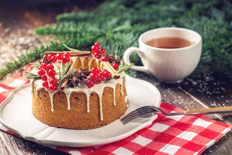 Торт ягоды домодельного праздника рождества или Нового Года украсил смородины и розмариновое масло Концепция праздничных десертов стоковое фото rf
