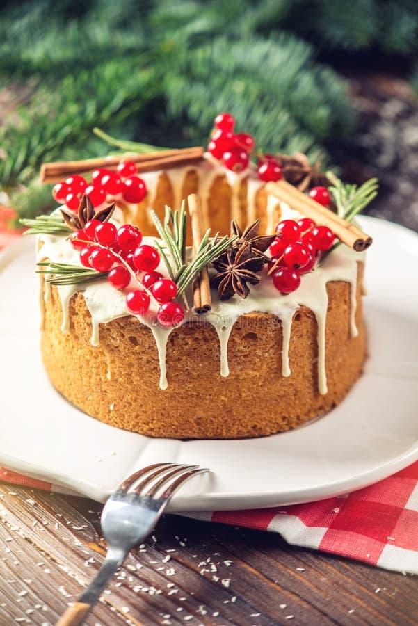 Торт ягоды домодельного праздника рождества или Нового Года украсил смородины и розмариновое масло Концепция праздничных десертов стоковые фото