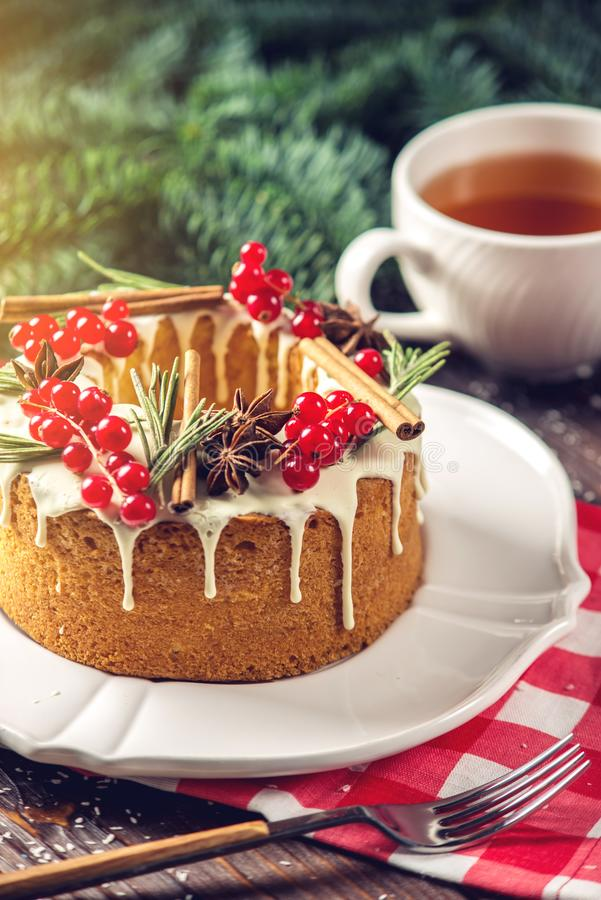 Торт ягоды домодельного праздника рождества или Нового Года украсил смородины и розмариновое масло Концепция праздничных десертов стоковое фото