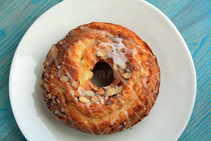 Торт bunt миндалины на центризованной плите стоковые изображения rf